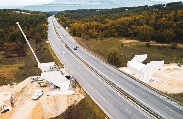 A52 Echangeur de Belcodene - Pose du tablier du pont